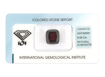 almandin 6.59ct dark brownish red s IGI certifikátem
