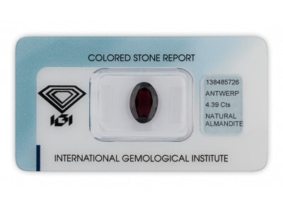 almandin 4.39ct dark purplish red s IGI certifikátem