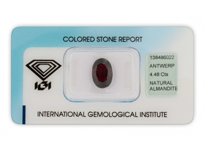 almandin 4.48ct dark reddish purple s IGI certifikátem