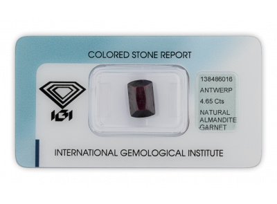 almandin 4.65ct deep purplish red s IGI certifikátem