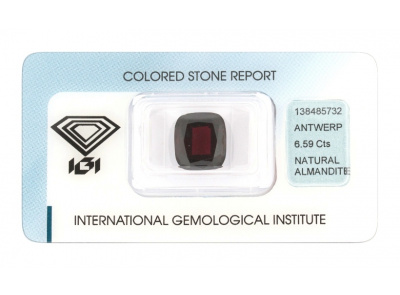 almandin 6.59ct dark brownish red s IGI certifikátem