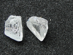 Štípání diamantů před broušením