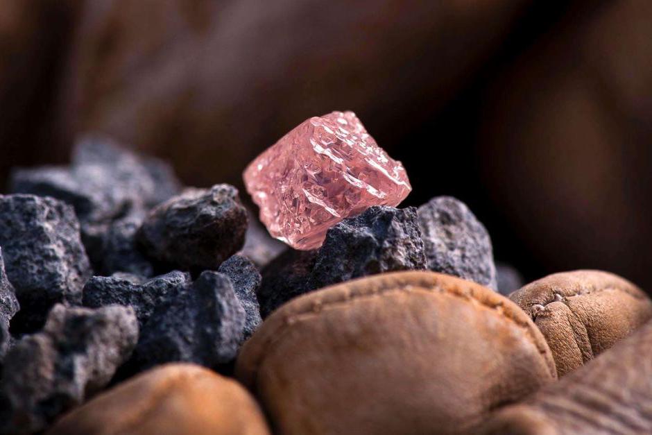 Surový růžový diamant